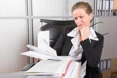 Cozinheiro chefe fêmea no escritório com demasiado trabalho fotografia de stock