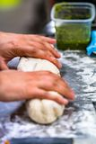 Cozinheiro chefe fêmea Preparing Bread Dough para o pão e rissóis Selfmade imagens de stock royalty free
