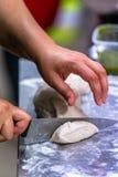 Cozinheiro chefe fêmea Preparing Bread Dough para o pão e rissóis Selfmade foto de stock royalty free