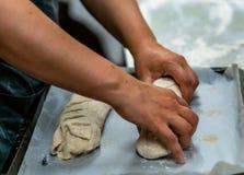 Cozinheiro chefe fêmea Preparing Bread Dough para o pão e rissóis Selfmade fotografia de stock royalty free