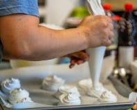 Cozinheiro chefe fêmea Preparing Dessert para a refeição do casamento foto de stock royalty free