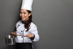Cozinheiro chefe fêmea pronto para cozinhar fotos de stock