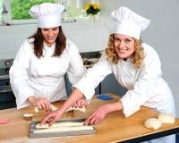 Cozinheiro chefe fêmea que arranja a massa de pão preparada Imagem de Stock