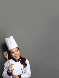 Cozinheiro chefe fêmea que cozinha pensando que cozinhar Imagens de Stock Royalty Free