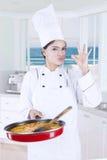 Cozinheiro chefe fêmea que mostra o sinal aprovado Fotografia de Stock Royalty Free