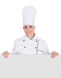 Cozinheiro chefe fêmea Showing Blank Placard fotografia de stock royalty free