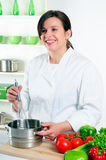 Cozinheiro chefe feliz da mulher fotos de stock
