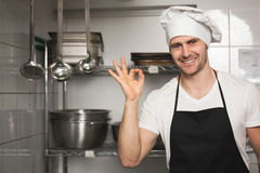 Cozinheiro chefe feliz que mostra o sinal aprovado Fotos de Stock