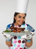 cozinheiro chefe fêmea com sua galinha roasted Imagens de Stock