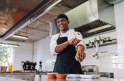 Cozinheiro chefe gourmet em uma cozinha do restaurante fotografia de stock royalty free