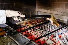 Cozinheiro chefe grelhado da carne que cozinha o restaurante do bife do BBQ imagens de stock