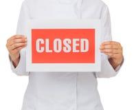 Cozinheiro chefe Holding Closed Sign foto de stock royalty free