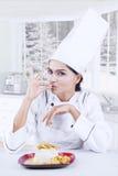 Cozinheiro chefe indiano com o saboroso na cozinha Imagem de Stock Royalty Free