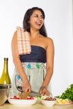 Cozinheiro chefe indiano de riso Cuts Vegetables Imagem de Stock Royalty Free