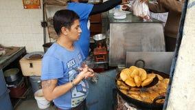 Cozinheiro chefe indiano Making do alimento de petisco indiano Kachori Imagens de Stock