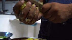 Cozinheiro chefe indiano que desbasta a batata Culinária indiana filme