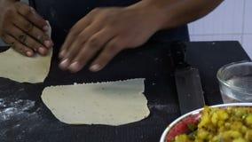 Cozinheiro chefe indiano que faz o samosa video estoque