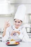 Cozinheiro chefe indiano que mostra o gesto aprovado Fotos de Stock Royalty Free