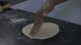 Cozinheiro chefe indiano que prepara o alho naan vídeos de arquivo