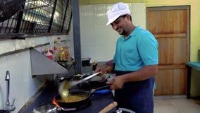 Cozinheiro chefe indiano que prepara o alimento vídeos de arquivo