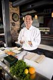 Cozinheiro chefe japonês no restaurante com ingredientes do sushi Fotografia de Stock Royalty Free