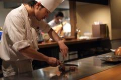 Cozinheiro chefe japonês que prepara a carne de Kobe foto de stock royalty free