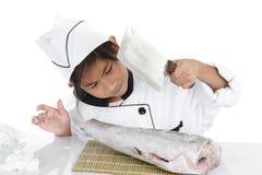 Cozinheiro chefe japonês uniforme que olha peixes de congelação grandes no branco fotografia de stock