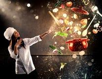 Cozinheiro chefe mágico pronto para cozinhar um prato novo fotos de stock royalty free