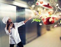 Cozinheiro chefe mágico pronto para cozinhar um prato novo imagens de stock royalty free