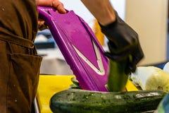 Cozinheiro chefe masculino Cutting Eggplant na cozinha fotos de stock