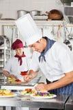 Cozinheiro chefe masculino Garnishing Dish Fotografia de Stock