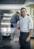 Cozinheiro chefe masculino In The Kitchen Foto de Stock Royalty Free
