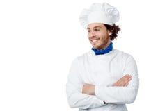 Cozinheiro chefe masculino novo de sorriso que levanta seguramente Imagem de Stock