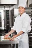 Cozinheiro chefe masculino With Pasta Dish pelo contador Fotografia de Stock