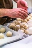 Cozinheiro chefe masculino Preparing Bread Dough para o pão Selfmade e o Petties fotografia de stock