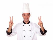 Cozinheiro chefe masculino profissional com dedos da vitória Fotos de Stock
