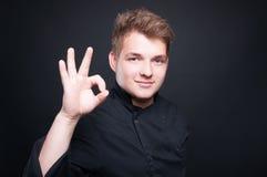 Cozinheiro chefe masculino seguro que mostra o gesto aprovado Imagem de Stock Royalty Free