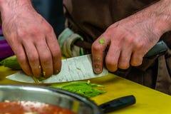 Cozinheiro chefe masculino Slicing Avocado para a refeição do casamento fotos de stock