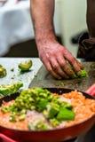 Cozinheiro chefe masculino Slicing Avocado para a refeição do casamento imagens de stock