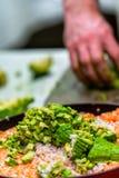Cozinheiro chefe masculino Slicing Avocado para a refeição do casamento fotografia de stock