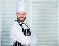 Cozinheiro chefe mestre Profissional na cozinha culinária culinária homem seguro no avental e no chapéu cozinheiro no restaurante fotografia de stock