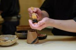 Cozinheiro chefe mestre que prepara o sushi no restaurante japonês do luxery fotografia de stock royalty free