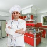 Cozinheiro chefe na cozinha vermelha Imagem de Stock Royalty Free