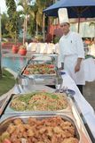 Cozinheiro chefe no bufete Fotografia de Stock Royalty Free