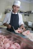 Cozinheiro chefe no carniceiro Foto de Stock