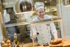 Cozinheiro chefe no restaurante fotografia de stock royalty free