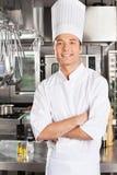 Cozinheiro chefe novo With Arms Crossed Imagens de Stock Royalty Free
