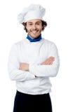 Cozinheiro chefe novo seguro que levanta no uniforme Imagens de Stock Royalty Free