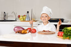 Cozinheiro chefe pequeno feliz Chopping Ingredients foto de stock royalty free