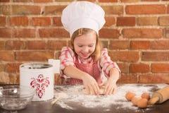 Cozinheiro chefe pequeno feliz na cozinha Foto de Stock
